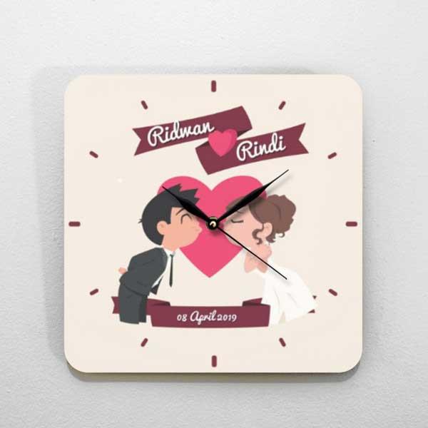 Hadiah Pernikahan untuk Sahabat Perempuan jam kayu tema love