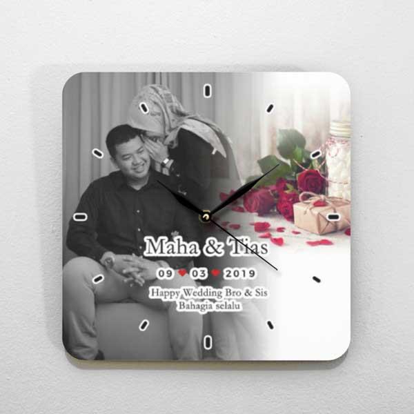 Hadiah Pernikahan untuk Sahabat Perempuan jam kayu tema foto