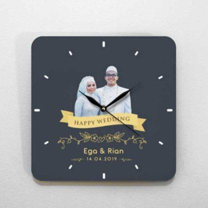 hadiah pernikahan jam kayu tema foto unik